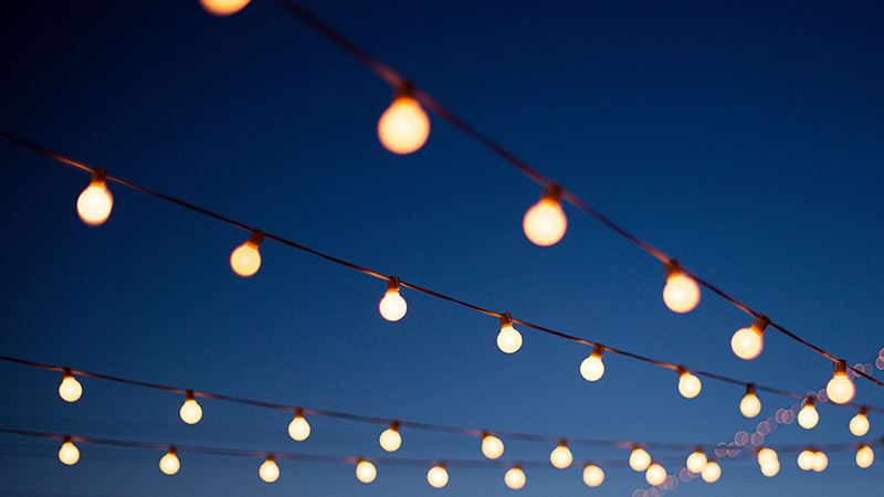 ریسههای روشنایی حیاط